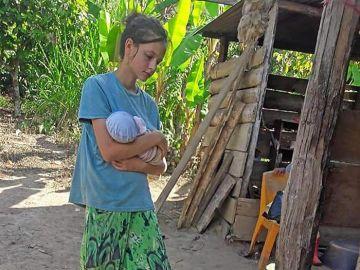 La joven Patricia Aguilar tras ser encontrada por la Policía en la selva peruana