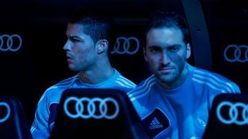 Cristiano Ronaldo e Higuaín, en el banquillo del Real Madrid