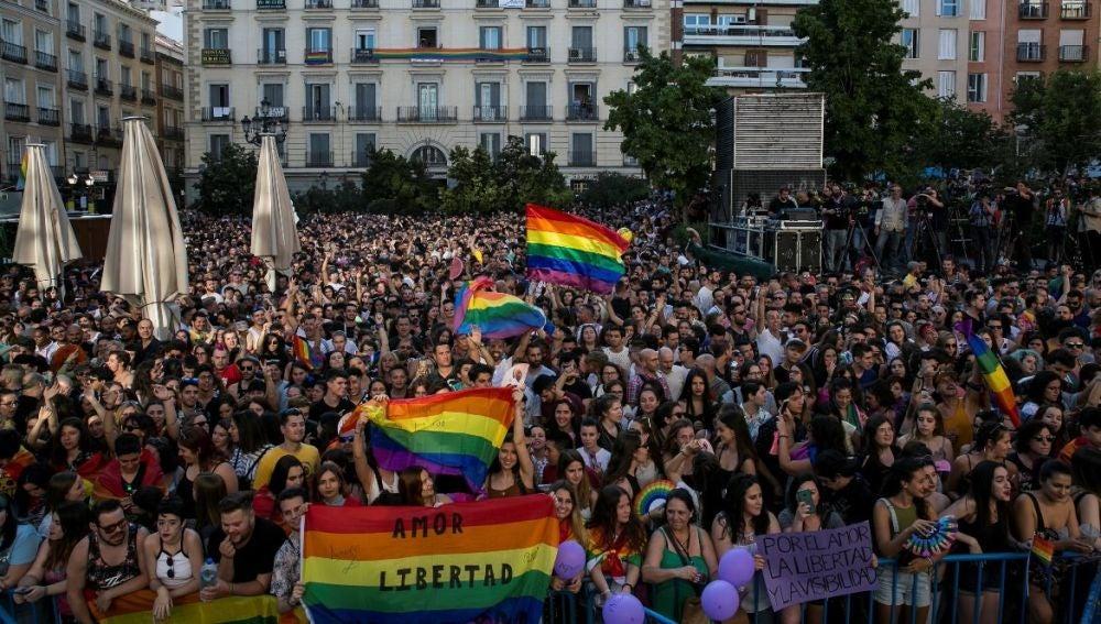 Plaza de Pedro Zerolo repleta de gente durante el pregón del Orgullo LGTBI