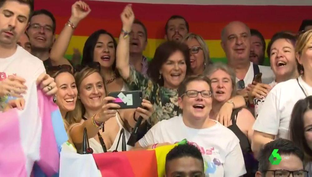 La vicepresidenta, Carmen Calvo, cantando 'A quién le importa'