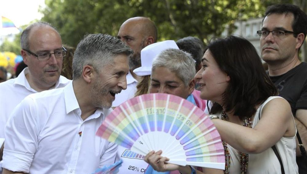 Fernando Grande-Marlaska y Carmen Montón conversan durante la manifestación del Orgullo LGTBI