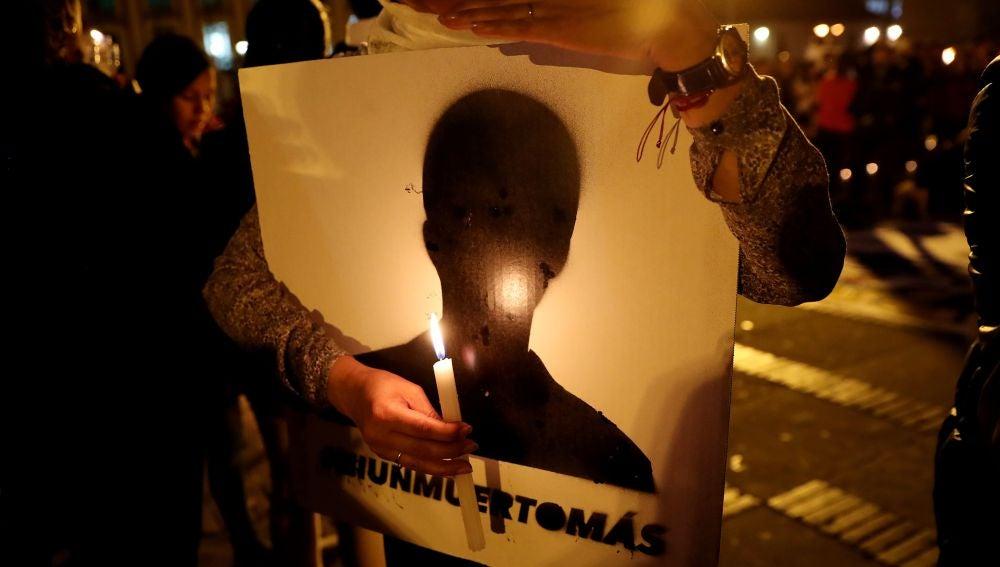 """Colombia se alumbra con velas para rechazar asesinatos de líderes sociales Un grupo de personas fue registrado este viernes al participar """"la Velatón y Movilización por la Vida"""""""
