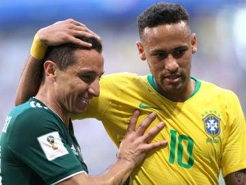 Guardado, con Neymar