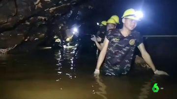 Dos buzos por cabeza y con tanques de oxígeno: así están sacando a los 12 niños y el profesor atrapados en una cueva de Tailandia