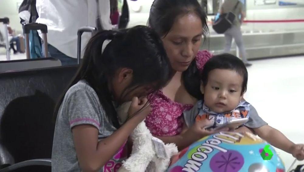 Lleno de piojos y polvo: así le devolvieron a una madre su bebé tras 85 días separados en Estados Unidos