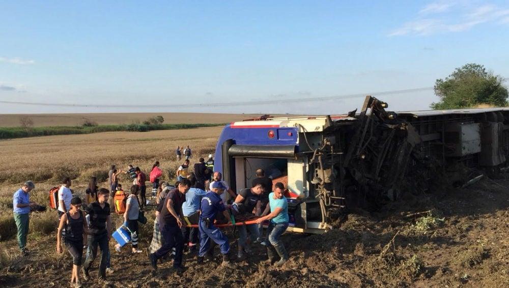 Al menos diez personas murieron hoy y otras 73 resultaron heridas al descarrilar un tren de pasajeros en el noroeste de Turquía, según fuentes del ministerio de Sanidad citadas por CNNTürk.