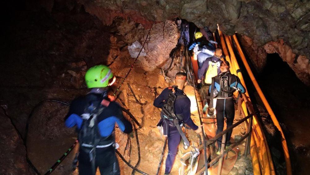 Personal militar tailandés en las operaciones de rescate de los niños y su entrenador atrapados en una cueva de Tailandia