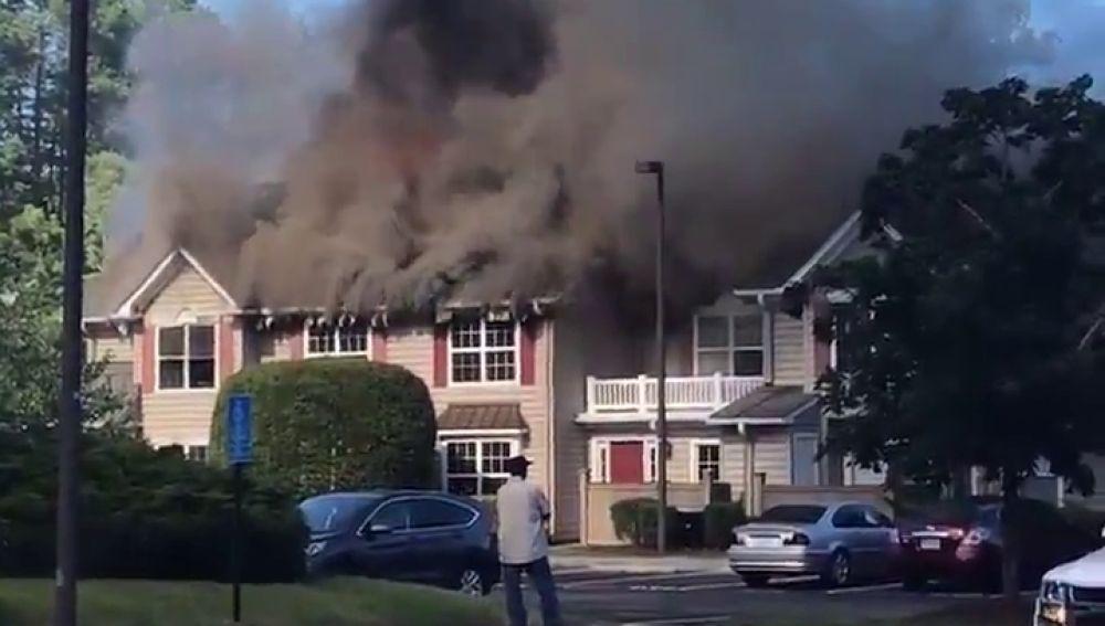 Al menos un muerto al estrellarse un helicóptero en un barrio residencial de Virginia, en EEUU