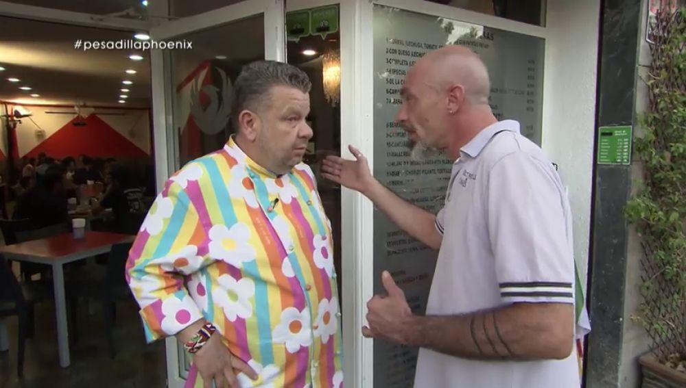 """Alberto Chicote le increpa a un dueño enfadado en el restaurante 'Phoenix': """"Eso no es ser como tú dices, yo fuera soy un crack"""""""