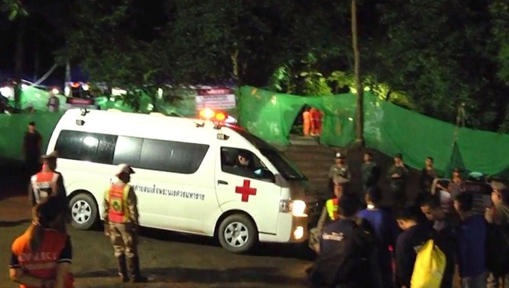 Operativo de emergencias en la entrada a la cueva donde están atrapados los menores