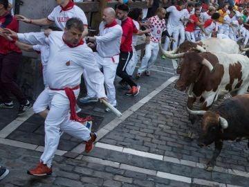 Los toros de la ganadería Cebada Gago protagonizan el tercer encierro de los Sanfermines en Pamplona.
