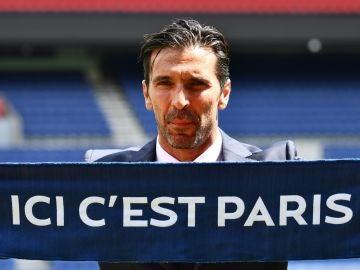 Buffon en su presentación con el PSG