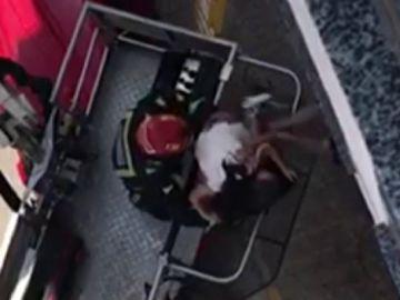 Los bomberos rescatan a una niña que quedó atrapada en el balcón