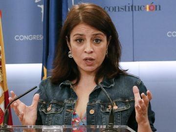 La portavoz del PSOE en el Congreso, Adriana Lastra, durante una rueda de prensa