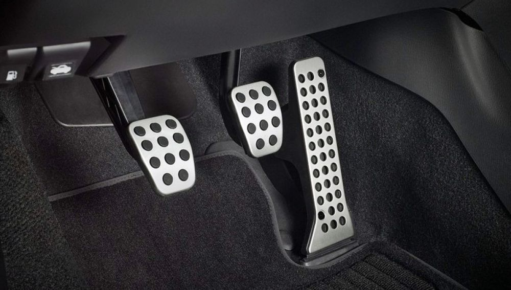 ¿Cómo usar los pedales de freno y embrague?
