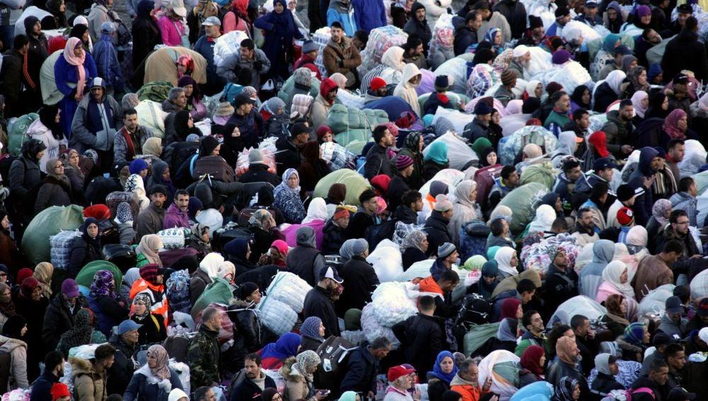 Unas 400 personas, la mayoría de ellas mujeres, han protagonizado una avalancha en la frontera de Ceuta con Marruecos.