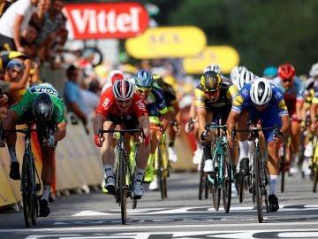 Fernando Gaviria, en el momento de sumar la victoria al sprint