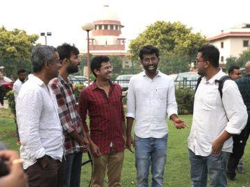 Varios activistas indios del colectivo LGTBI conversan ante el TS