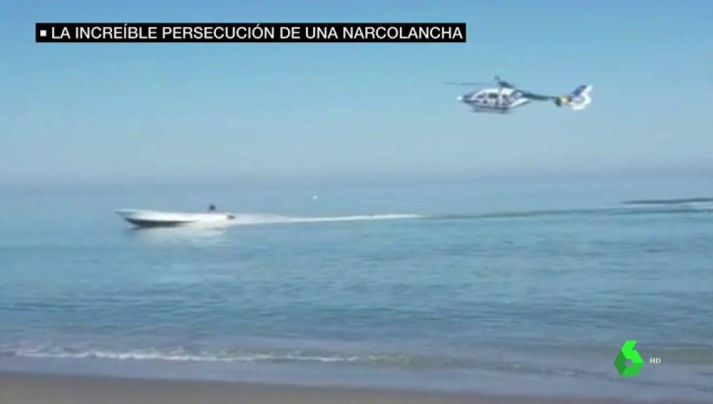 La espectacular persecución de un helicóptero de la Policía a una lancha que huyó hasta la playa de Sabinillas (Málaga)