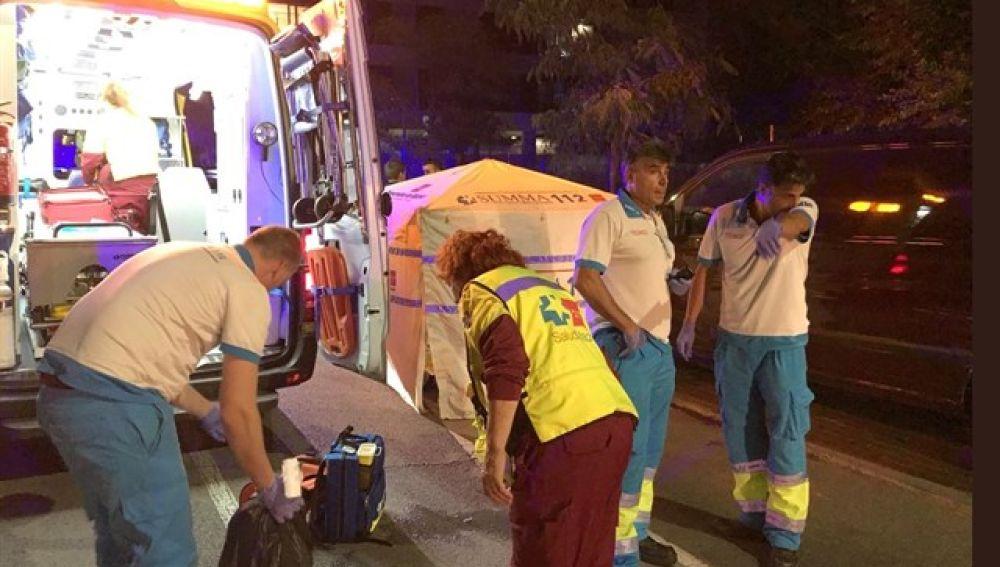 Servicios sanitarios del SUMMA, en el lugar en el joven de 21 años fue apuñalado por tres hombres