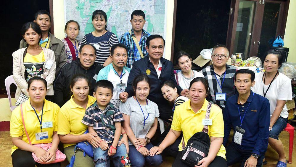 El primer ministro tailandés, Prayut Chan-o-cha, posa junto a familiares de los niños rescatados