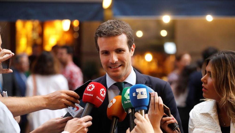 Pablo Casado hablando ante los medios