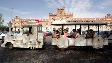 Grupo de turistas recorre la ciudad en un tren turístico