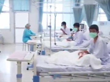 Primeras imágenes en el hospital de los niños rescatados de una cueva en Tailandia
