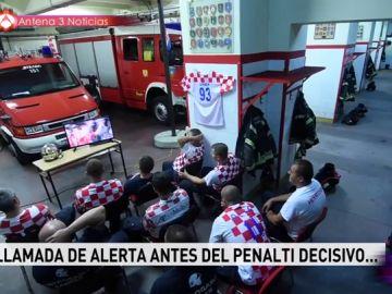 Esta es la reacción de unos bomberos croatas mientras están viendo el partido de Croacia en el Mundial que conquista al mundo