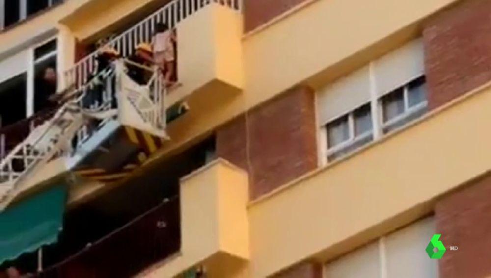 Rescate de una niña en el balcón de su casa