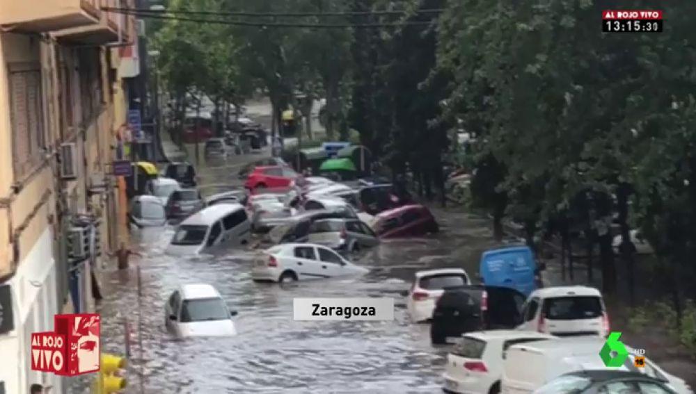 Coches arrastrados por las lluvias en Zaragoza