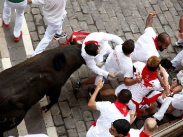 Un toro de Jandilla coge a un mozo