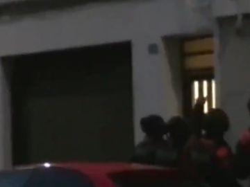 Momento en el que los Mossos d'Esquadra entran en el domicilio del clan familiar para detenerlos