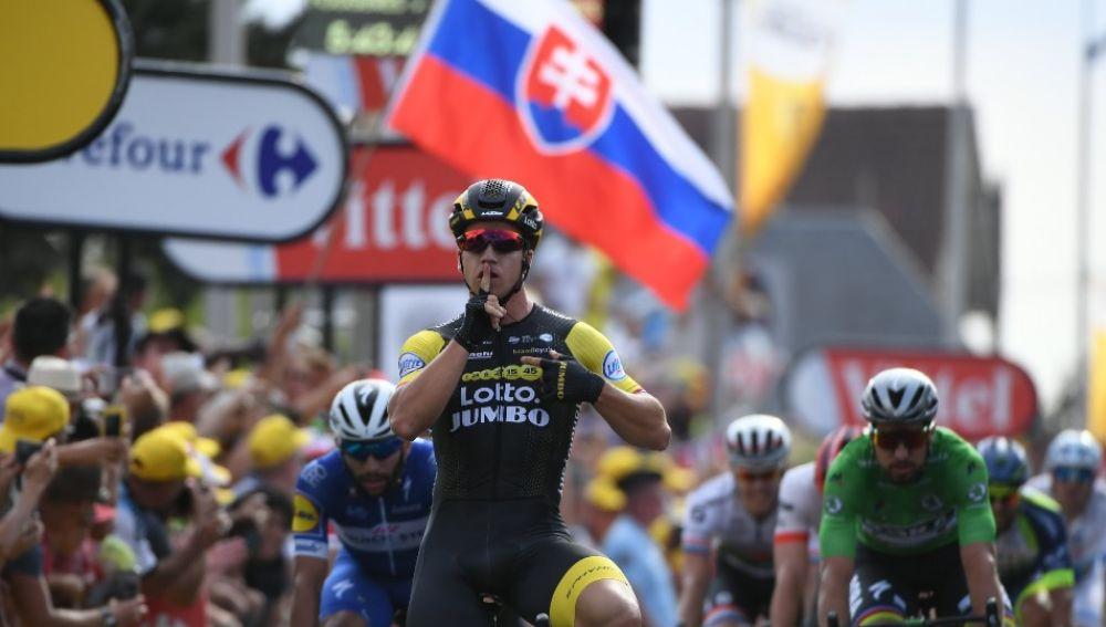 Dylan Groenewegen celebra su triunfo de etapa