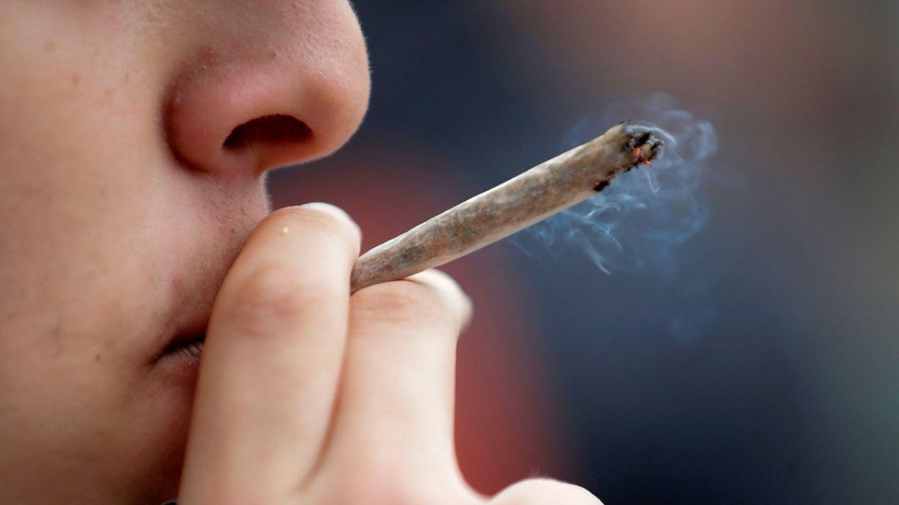 Imagen de archivo de una persona fumando un porro