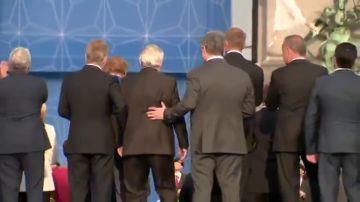 Tambaleándose y ayudado para caminar: el extraño comportamiento de Juncker que desata la polémica