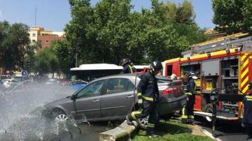 Pierde el control y empotra su coche contra una fuente en el centro de Madrid