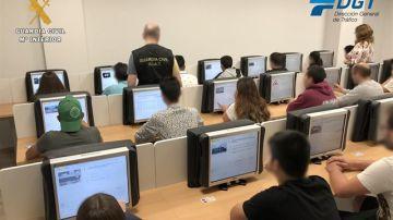Agentes de La Guardia Civil de La Rioja vigilando a las personas que realizan el examen para obtener el permiso de conducción