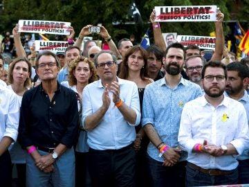El expresidente de la Generalitat Artur Mas, el presidente Quim Torra, el presidente del Parlamento de Cataluña, Roger Torrent, y el vicepresidente y consejero de Economía, Pere Aragonés