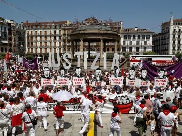 Cientos de personas concentradas en Pamplona, en favor de la libertad de los jóvenes de Alsasua