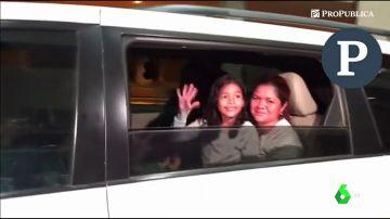 Entre aplausos y sonrisas: el emotivo reencuentro de una madre y su hija separadas por las políticas migratorias de Trump