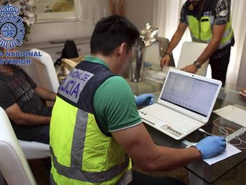 Fotografía facilitada por la Policía Nacional de una operación contra la pornografía infantil