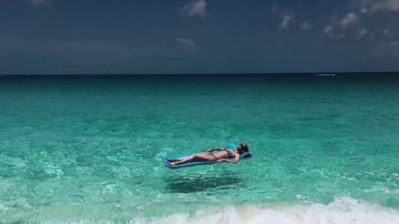 Las redes se ceban con De Gea por este posado de Edurne 'levitando' en la playa