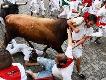 Último encierro de San Fermín 2018: las impactantes imágenes que muestran a un mozo enganchado al cuerno de un toro por su pañuelo