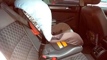 Imagen de archivo de una silla de bebé en un coche