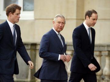 El príncipe Carlos de Inglaterra y sus hijos, los príncipes Harry y Guillermo