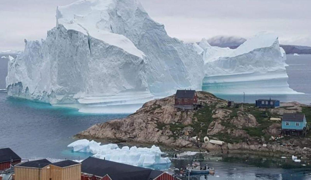 Vista general de un iceberg situado al lado de la aldea de Innaarsuit