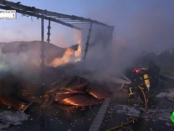 En la imagen el camión ardiendo