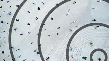 Personas paseando por una plaza desde una perspectiva aérea con círculos en torno a ellas