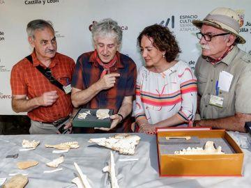 Los directores de las excavaciones arqueológicas de la sierra de Atapuerca y la consejera de cultura y turismo de la Junta de Castilla y León
